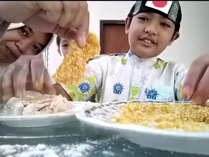Seru, Afif, salah satu siswa Sekolah Kreatif SD Muhammadiyah 16 Surabayabmemamerkan chicken katsu buatannya (Riska/PWMU.CO)