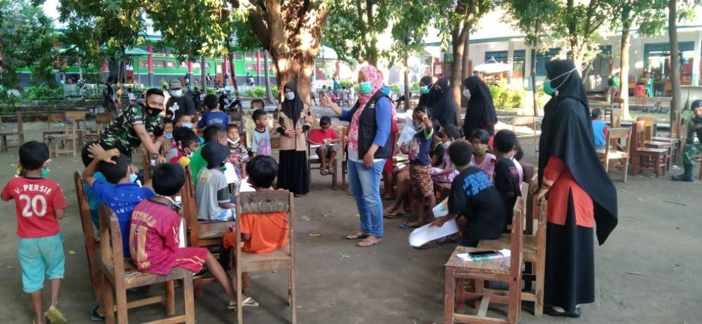 Pendampingan psikososial oleh kader Nasyiah Lembata bagi anak-anak penyintas banjir longsor di Lewoleba, Nubatukan, Kabupaten Lembata (Arif Jamali/PWMU.CO)