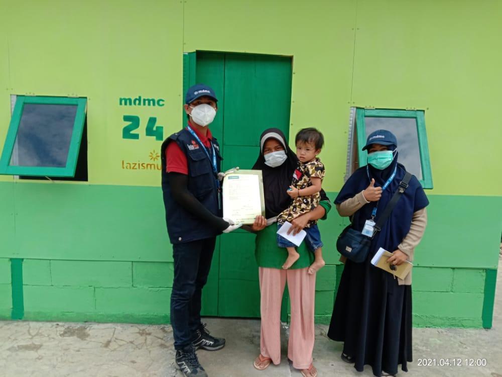 Tim MDMC serahkan Huntara Muhammadiyah kepada para penyintas gempa di Sulawesi Barat. Huntara tersebut dibangun dengan pendanaan dari Lazismu. (Arif Jamali/PWMU.CO)