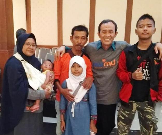 Penulis bersama keluarga dan Nadjib Hamid (kedua dari kanan). Mengenang empat kalimat sakti Nadjib Hamid. (Istimewa/PWMU.CO)