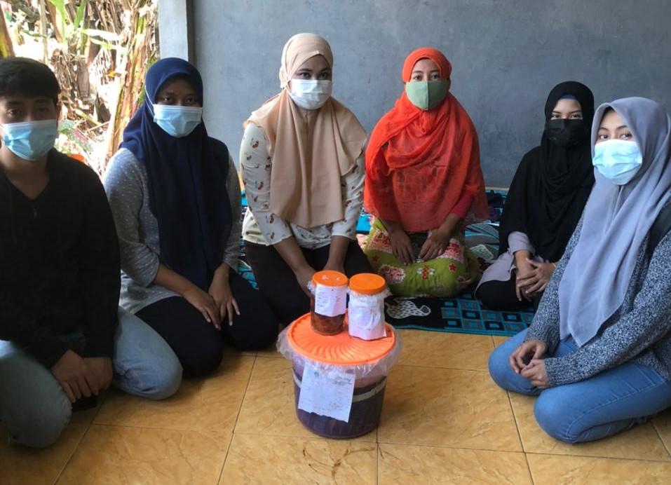 KKN UMG peduli dengan produk olahan bunga telang hasil dari Bank Sampah Desa Dahanrejo Kecamatan Kebomas Gresik, Sabtu (17/4/21).
