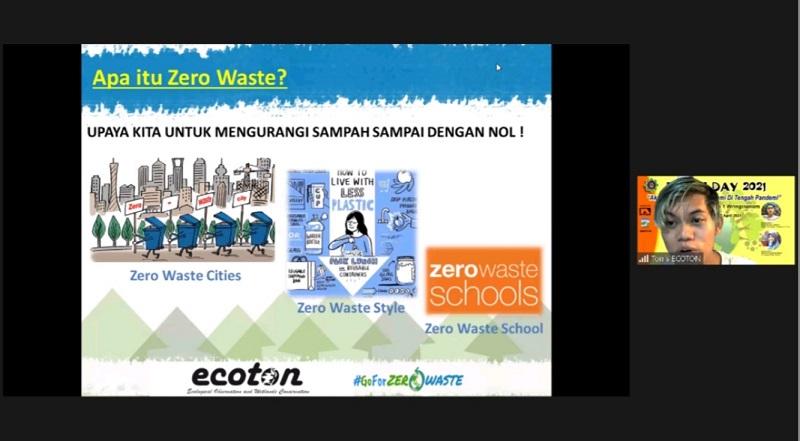 Indonesia darurat sampah disampaikan Tonis Afrianto SIKom pegiat Zero Waste Lifestyle Ecoton dalam peringatan Hari Bumi di SD Muhammadiyah 1 Wringinanom (Muwri), Kamis (22/4/21).