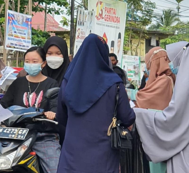 Kepala Sekolah Muhammadiyah mulai dari TK ABA, SD, SMP, SMA, dan perwakilan guru se-Tembilahan Riau membagikan takjil di Simpang Empat Sungai Beringin, Ahad (25/4/21).