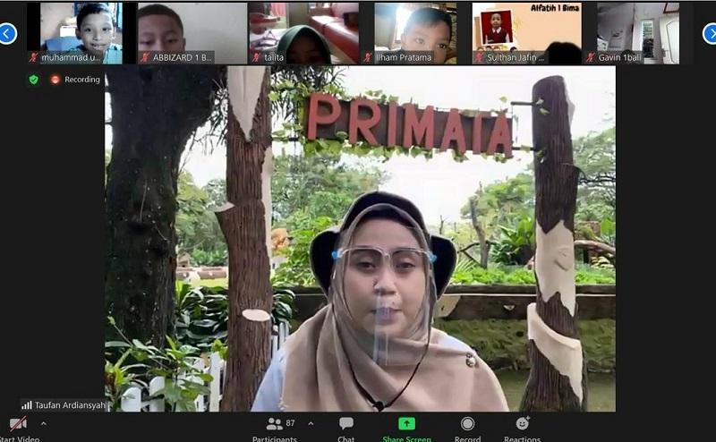 Belajar satwa, siswa SD Muhammadiyah 2 GKB (Berlian School) mengikuti jelajah secara virtual ke Kebun Binatang Surabaya (KBS), Rabu (7/4/21).