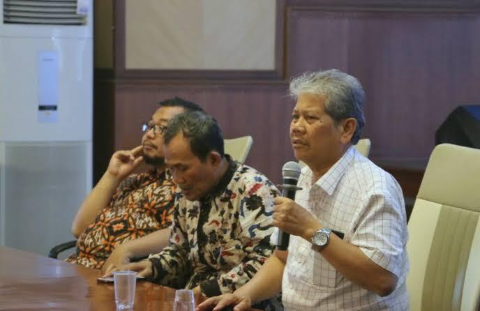 Prof Achmad Jainuri (kemeja putih) saat bersama Nadjib Hamid. Menurutnya ada kesamaan Nadjib Hamid dengan Ahmad Dahlan (Istimewa/PWMU.CO)