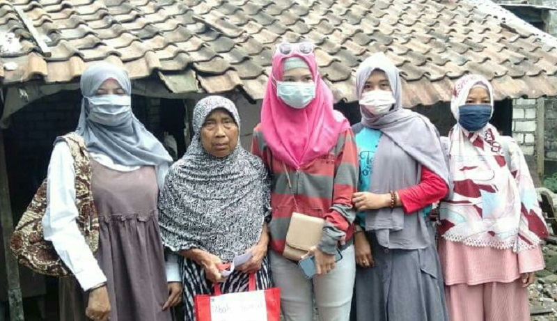 Baksos Ramadhan, SD Al Islam Muhammadiyah Cerme Gresik membagikan 1000 paket takjil dan 22 paket sembako untuk anak yatim piatu serta fakir miskin, Rabu (5/5/21).