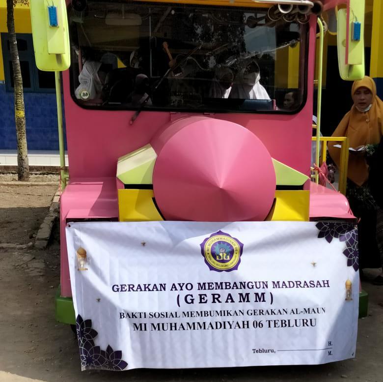 Kereta MI Musix Tebluru Solokuro Lamongan yang diarak untuk Membumikan Teologi Al Maun. (Hendra Hari Wahyudi/PWMU.CO)