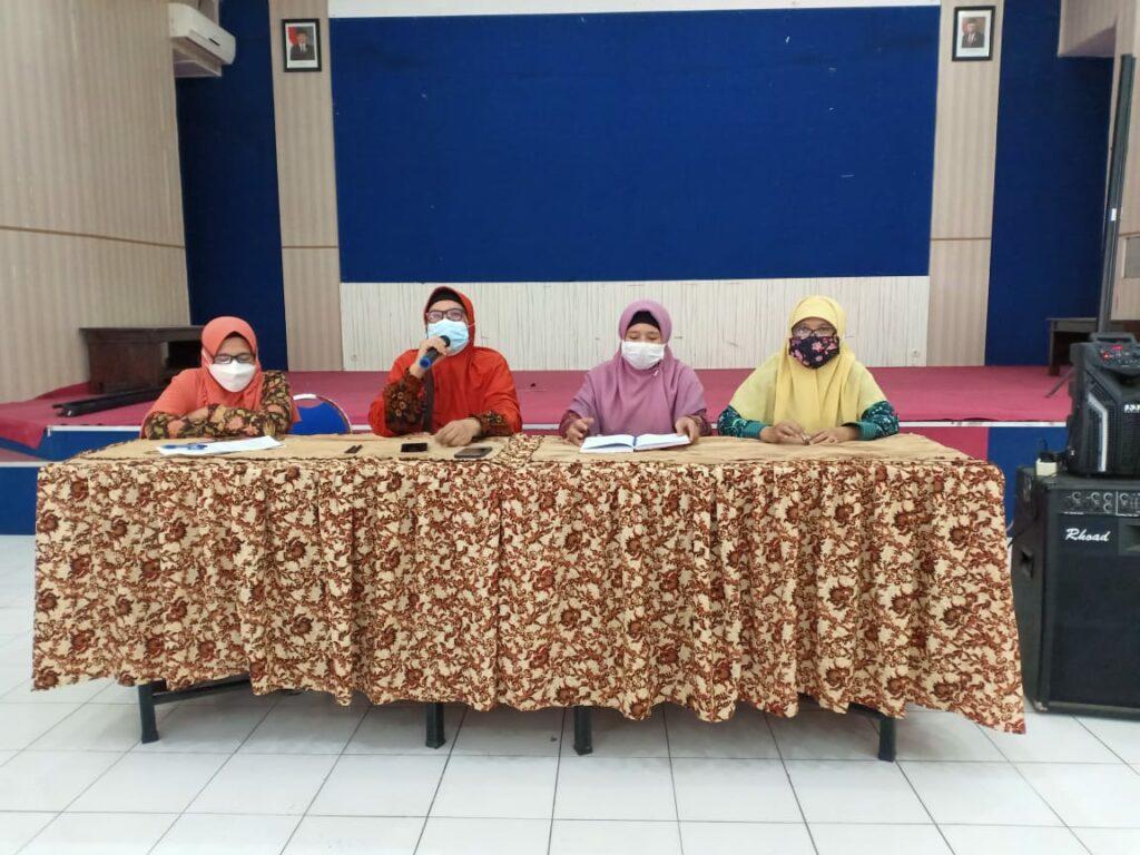 Dari kiri Umi Salamah, Sri Herawati, Fauziah dan Ruli Narulita. Sebanyak 364 Guru Aisyiyah Kota Malang Terima THR. (Istimewa/PWMU.CO)