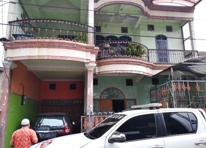 Rumah ini dijual 1,5 M, tetapi yang 1 M untuk Palestina melalui Lazismu Jatim. Rumah di Jalan Jenggolo II/F-76 (Perum Dolog) Pucang Sidoarjo ini adalah milik Rosyad.