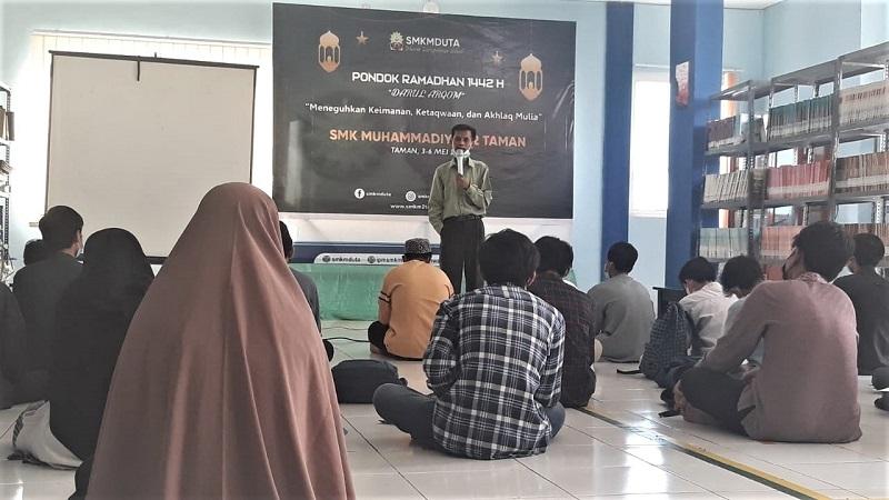 Ciri orang munafik adalah sombong disampaikan Choirul Anam dalam kegiatan Darul Arqam SMK Muhammadiyah 2 Taman Sidoarjo, Jumat (7/5/21).