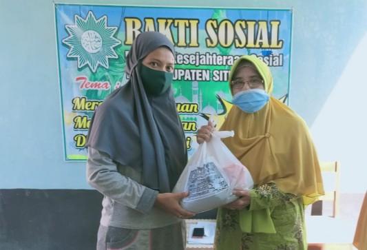 Aisyiyah Situbondo peduli lansia dan guru TK Aisyiyah dengan bagi sembako. Kegiatan ini digelar oleh Majelis Kesejahteraan Sosial (MKS) Pimpinan Daerah Aisyiyah (PDA) Situbondo, Sabtu (8/5/2021)