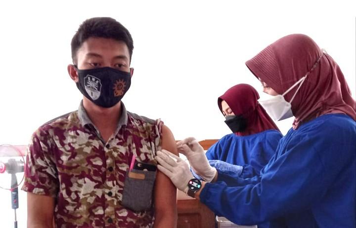 Guru SMAM 1 dan SMP Mutu Panji jalani vaksinasi Covid-19 tahap pertama di RSUD dr Abdoer Rahem Situbondo, Kamis (3/6/2021).