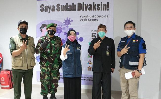 Ketua Satgas Covid-19 UMBandung, Kang Tias (kanan) bersama aparatur pemerintahan setempat. Vaksinasi sebagai bentuk ikhtiar kolektif UMBandung cegah penularan Covid-19 (Dok.UMBandung/PWMU.CO)