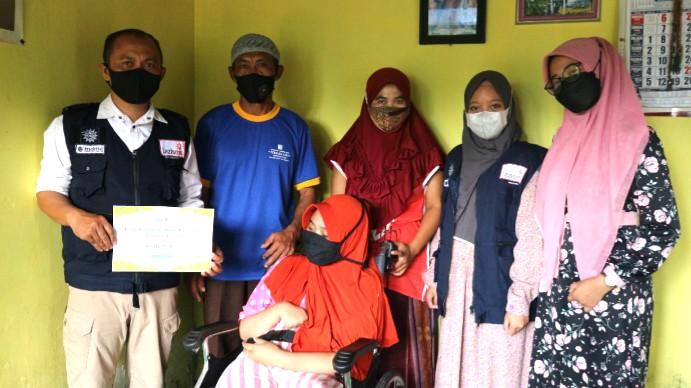 Lazismu Bondowoso bantu kursi roda dan kursi mandi untuk Sahrotul Qoriah yang mengalami kelumpuhan akibat radang otak.