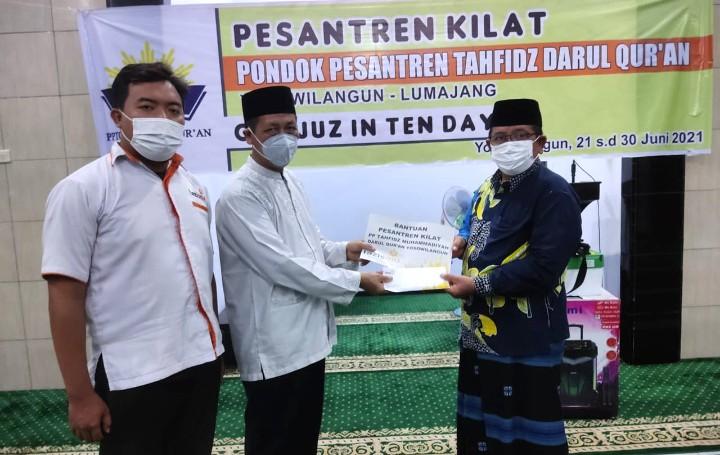 Lazismu Lumajang bantu Pesantren Tahfidh Kilat One Juz in Ten Days di Masjid Darul Quran Yosowilangun Kabupaten Lumajang, Senin (21/6/2021).