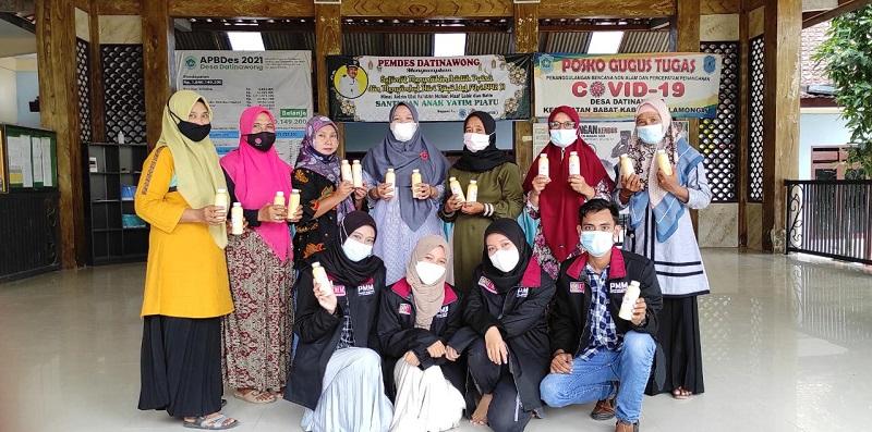 Mahasiswa UMM merangkul warga di Desa Datinawung Kecamatan Babat Lamongan  untuk menerapkan kewirausahaan dengan membuat produk minuman, Jumat (18/6/21).
