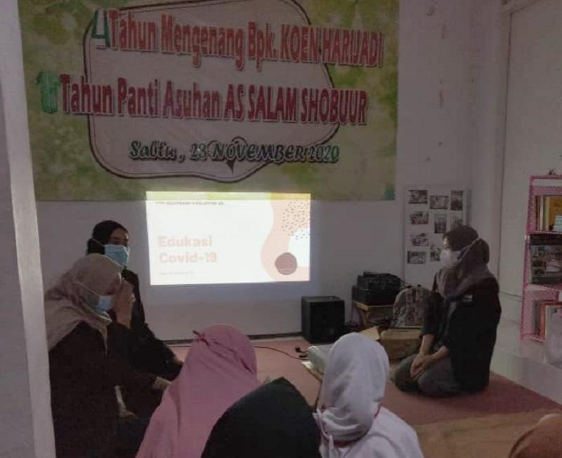 Mahasiswa UMM mengedukasi Covid-19 dan pola hidup sehat di Panti Asuhan As Salaam Shobur Kecamatan Dau, Malang Jawa Timur, Sabtu (13/6/21).