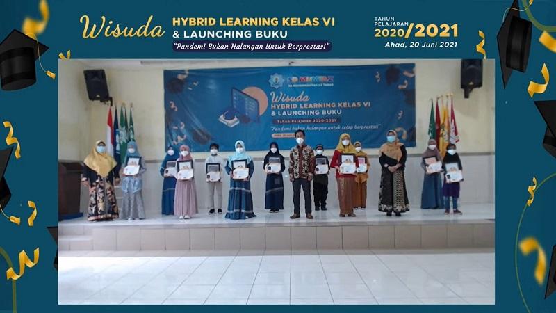 SD Mumtaz me-launching 5 buku karya siswa di acara wisuda purnasiswa yang dilaksanakan secara hybrid, baik online dan offline yang diwakili siswa berprestasi, Ahad (20/6/21).
