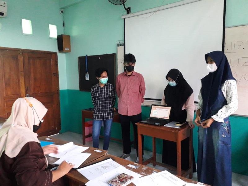 Siswa Smamiv kelas XI mengikuti ujian Karya Tulis Ilmiah (KTI) sebagai syarat kenaikan kelas layaknya ujian skripsi, Selasa (15/6/21).
