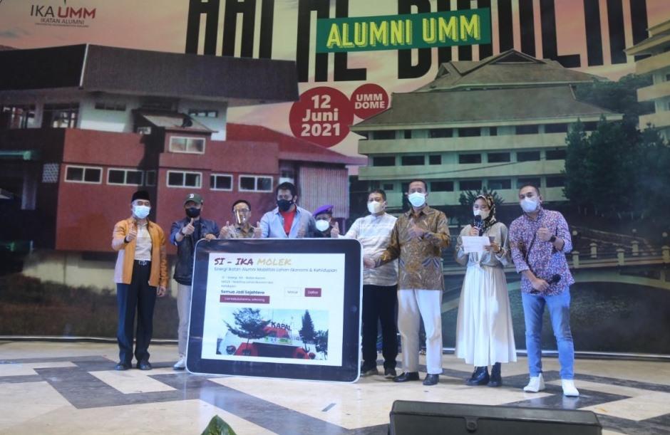 Kisah penuh tawa lima kepala daerah alumni UMM dipentaskan di atas panggung drama Halal Bihalal IKA UMM, Sabtu (12/6/21).