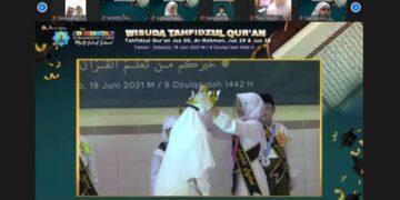 Gunakan gawai untuk membuka aplikasi al-Quran, siswa SD Mumtaz tuntaskan menghafal al-Quran di juz 28, 29, 30, dan surat ar-Rahman.