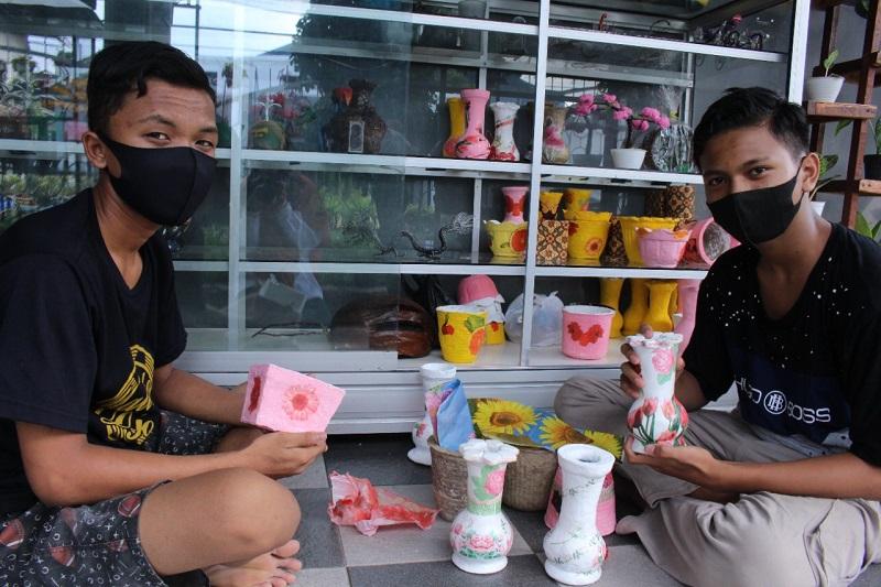 Masa pandemi, LKSA Panti Asuhan Putra (Pastra) Muhammadiyah Lumajang membikin kerajinan tangan dari rumah dengan model daring.