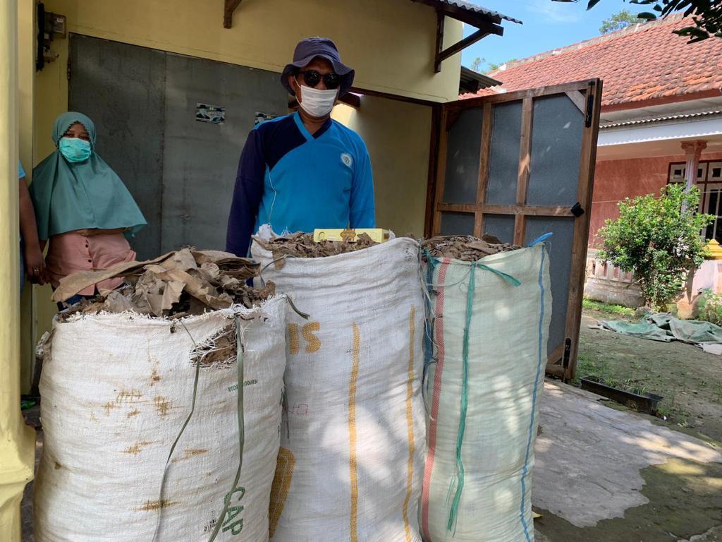 Mahasiswa UMM sumbang alat pengering sampah kepada warga Desa Gampingan, Pagak, Malang (Nely Izzatul/PWMU.CO)