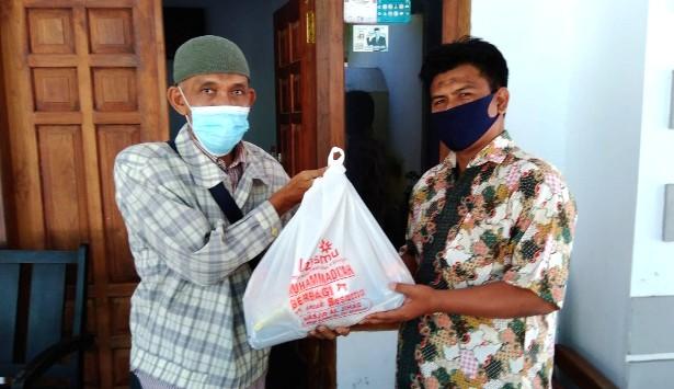 MCCC Situbondo peduli warga yang sedang melakukan isolasi mandiri (isoman) dengan memberikan bantuan paket sembako.