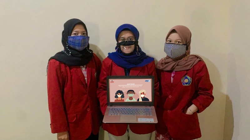 Mahasiswa UMM menciptakan masker transparan yang dikhususkan untuk tuna rungu sebagai solusi untuk komunikasi.