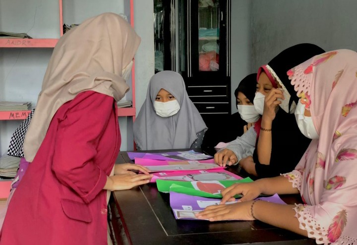 Mahasiswa UMM Ajari Bahasa Arab Metode Picture and Picture di Yayasan Al-Maun Desa Ngajum, Kecamatan Ngajum, Kabupaten Malang, Senin (7/6/2021).