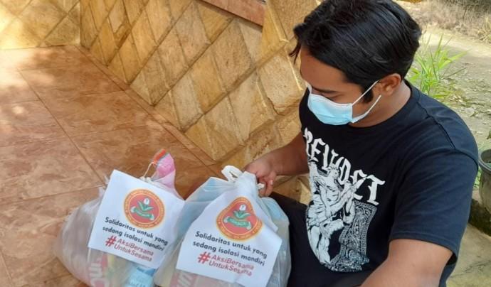 Pemuda Muhammadiyah Tebluru peduli warga yang sedang isolasi mandiri dengan memberikan bantuan paket sembako, Kamis (15/7/2021).