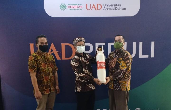 UAD bantu 105 tabung oksigen 6 meter kubik kepada rumah sakit dan masyarakat yang membutuhkan pada Selasa (27/7/2021).