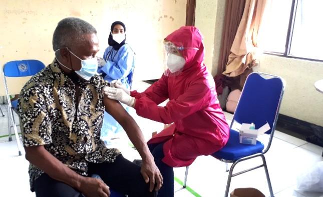 UM Jember vaksinasi massal lintas agama. Kegiatan vaksinasi dibuka oleh Kepala Dinas Kesehatan Kabupaten Jember dr Wiwik Supartiwi MKes, Kamis (22/7/2021).
