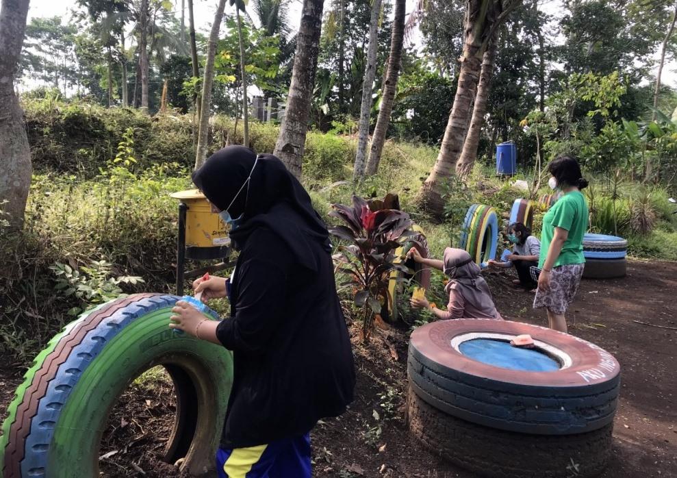 Mahasiswa PMM UMM beri sentuhan Wisata Rajut Indah, Dusun Kecopokan, Senggreng, Sumberpucung, Kabupaten Malang, Senin (14/6/21).