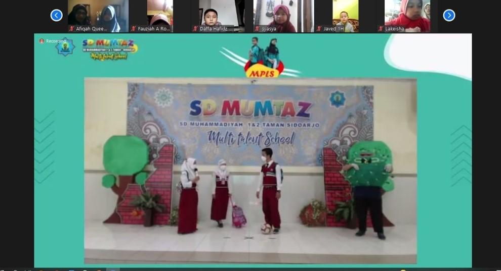 Drama kolosal Si Coro sambut siswa baru SD Mumtaz dalam Masa Pengenalan Lingkungan Sekolah (MPLS), Sabtu (17/7/21).