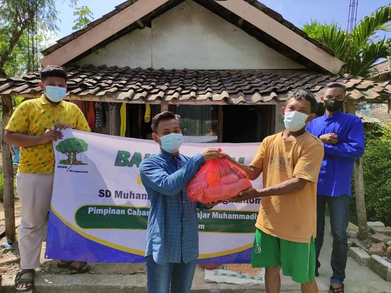 SDMuwri membagikan sembako dalam kegiatan bakti sosial (baksos) yang bekerjasama dengan Pimpinan Cabang (PC) Ikatan Pelajar Muhammadiyah (IPM) Wringinanom, Ahad (8/8/21).