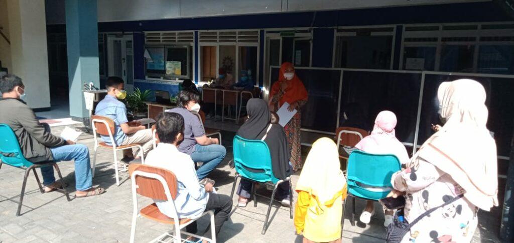 Siswa SMP Muhammadiyah 4 Surabaya saat hendak melakukan vaksinasi Covid-19 (Emi Harris/PWMU.CO)