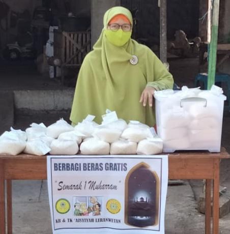 Semarak Muharram KB dan TK Aisyiyah Berbagi Beras (Hilman Sueb/PWMU.CO)