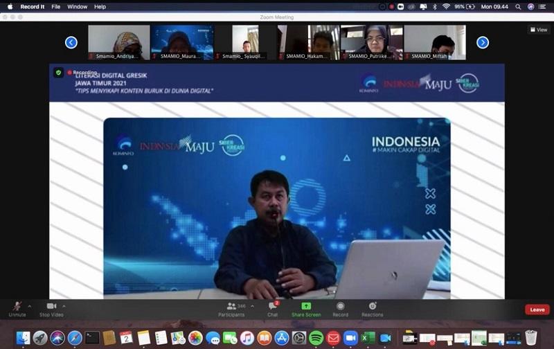 Tiga ciri generasi Z di era digital disampaikan Hari Wiidianto MPd di Webinar Literasi Nasional 2021 yang digelar Kementerian Komunikasi dan Infomasi (Kominfo) Jawa Timur, Senin (2/8/21).