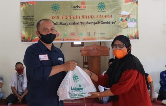 Lazismu Bondowoso bagikan 175 paket sembako door to door di wilayah Kecamatan Prajekan Kabupaten Bondowoso pada Rabu (11/8/2021).