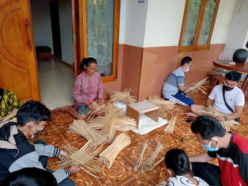 Kolaborasi UPN dan UMSurabaya menghasilkan besek warna tegaren dalam kegiatan Aktivitas Pengabdian Masyarakat (Abdimas) di Desa Tegaren Trenggalek, Jumat (16/7/21).