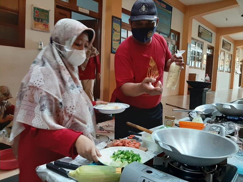 SMPM PK Kottabarat Surakarta mempunyai cara unik dalam membangun kebersamaan guru dan karyawan melalui lomba memasak, Sabtu (28/8/21).
