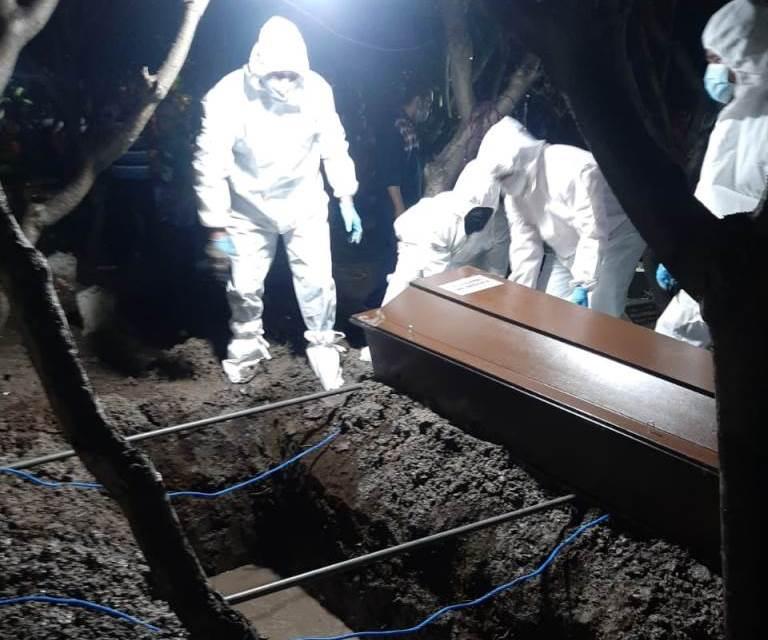 Cerita Relawan MCCC Sidoarjo Moh Ernam, yang terlibat dalam prosesi pemakaman jenazah, dari memakai APD hingga lubang makam yang tak muat.