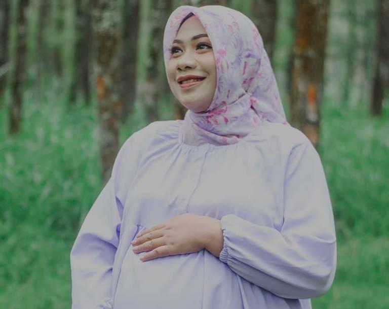 Dirigen terbaik Smamda Nadia Malva Islami, wafat bersama anak dalam kandungannya yang berusia delapan bulan. Syahid melawan Covid-19.