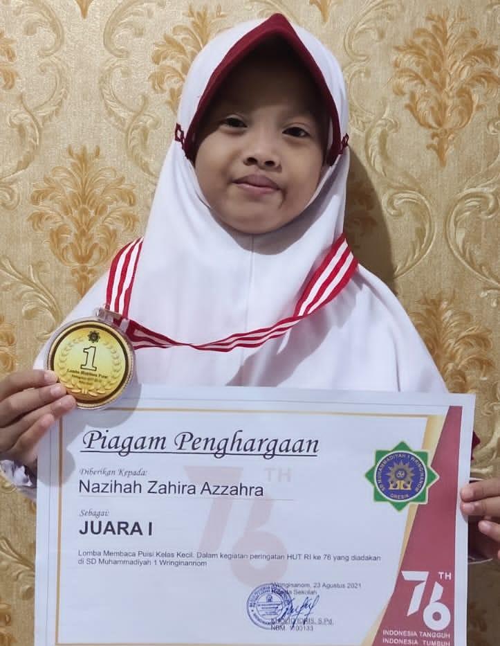 Video di YouTube, menjadi inspirasi bagi Nazihah Zahira Azzahra dengan menyabet juara I lomba baca puisi semarak HUT ke-76 RI yang digelar SD Muhammadiyah 1 Wringinanom (Muwri) Gresik.
