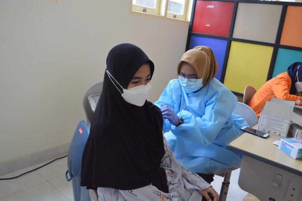 Santri Mu'allimaat Muhammadiyah Yogyakarta mendapat vaksinasi Covid-19. (Affan/PWMU)