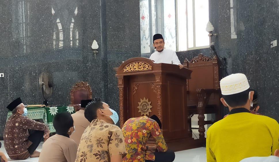Khutbah Jum'at di Masjid Ki Bagus Hadikusumo (Alfain/PWMU.CO)