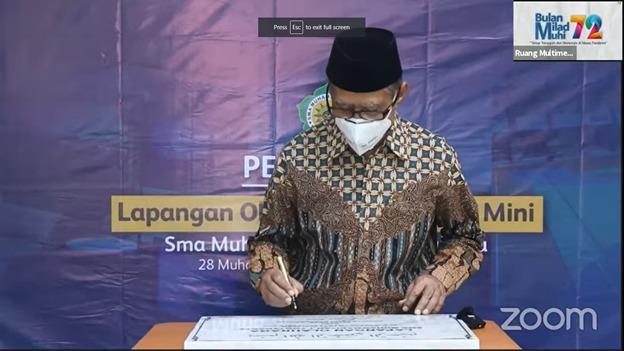 Ketua Umum PP Muhammadiyah, Haedar Nashir meresmikan lapangan olah raga dan studio mini SMA Muhi Yogyakarta (Yusron/PWMU.CO)