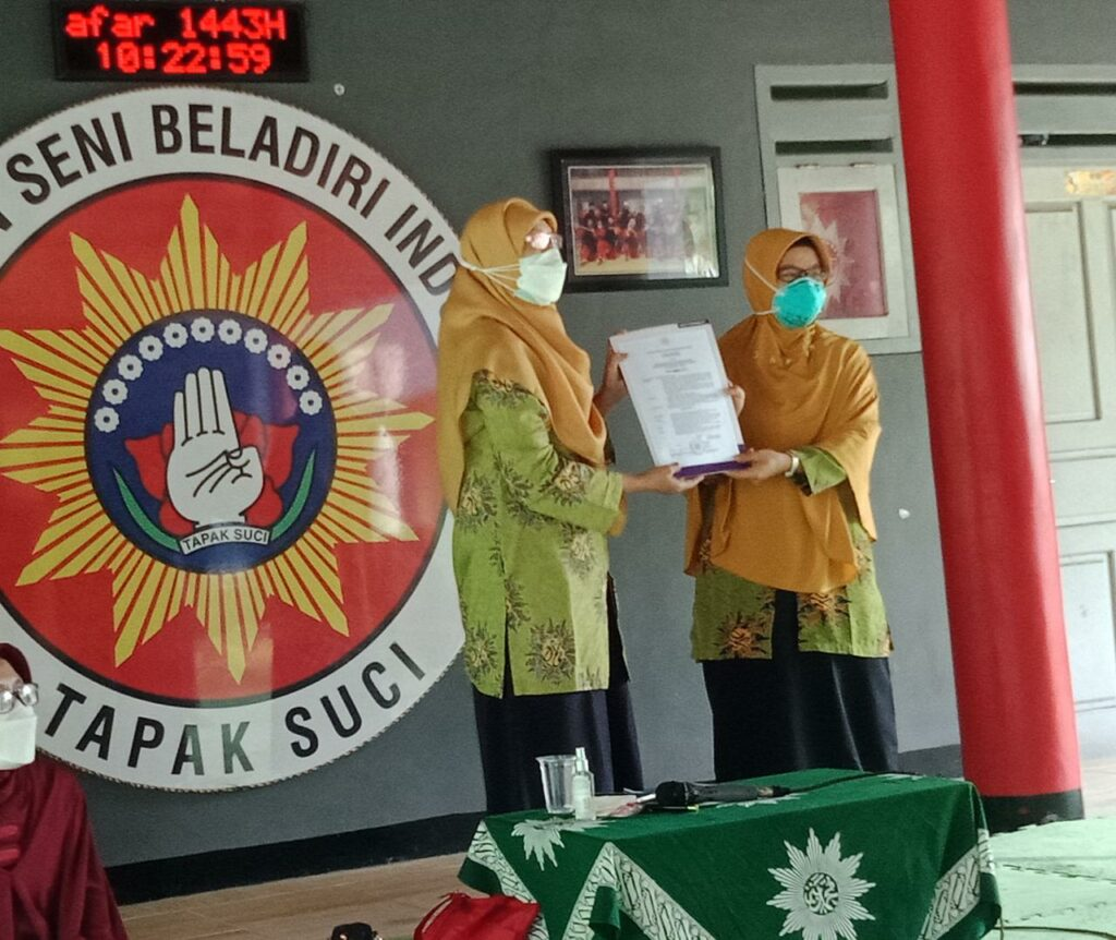 Penyerahan SK Kepengurusan Program Stunting oleh Ketua PDA Jember Menik Chumaidah SH MHum kepada dr Fitriana Putri MSi (Humaiyah/PWMU.CO)