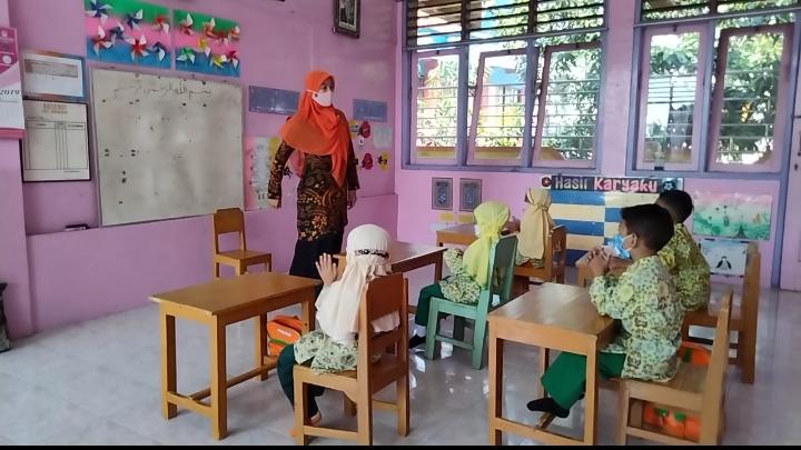 Bahagia, guru dan siswa TK Aisyiyah Bungah di hari pertama Pembelajaran Tatap Muka (Mufrikha/PWMU.CO)